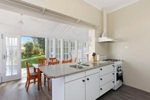 A kitchen or kitchenette at Cliffhaven