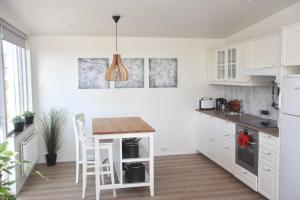 A kitchen or kitchenette at Lynghagi House