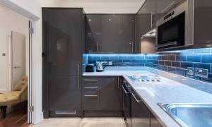 A kitchen or kitchenette at Fleet Street Apartment 1