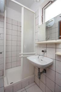 Ванная комната в Apartments with a parking space Grebastica, Sibenik - 6103