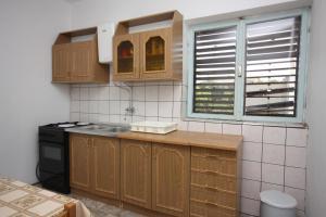 Кухня или мини-кухня в Apartments with a parking space Grebastica, Sibenik - 6103