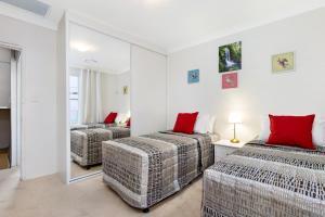 A bed or beds in a room at Sydney Hyde Park Darlinghurst Cottages