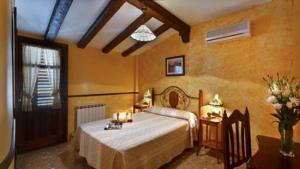 A bed or beds in a room at Hospedería Ruta de Lorca