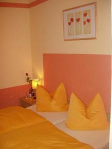 Ein Bett oder Betten in einem Zimmer der Unterkunft Hotel Goldener Stern