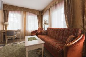 A seating area at Guest House on Verkhne-Beregovaya