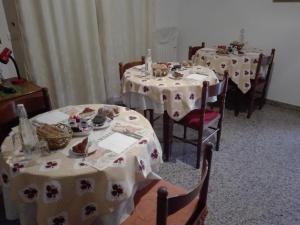 A restaurant or other place to eat at B&B Le Begonie