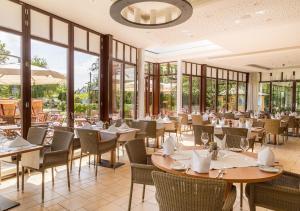 Ein Restaurant oder anderes Speiselokal in der Unterkunft Ringhotel Warnemünder Hof
