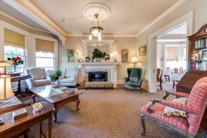 Ein Sitzbereich in der Unterkunft O Canada House Bed & Breakfast