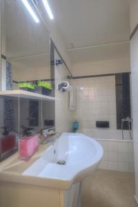 Een badkamer bij Syntagma cozy apartment