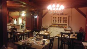 Un restaurante o sitio para comer en Casa Rural Osante