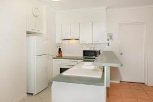 A kitchen or kitchenette at Unit 1 Marcoola Sunrise - 2 Tamarindus Street Marcoola Beach, 300 BOND, LINEN INCLUDED
