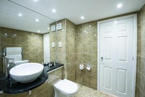 A bathroom at Prince Rupert Hotel