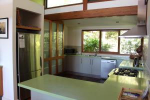 A kitchen or kitchenette at 194 Balraith Lane Ewingsdale - Harika