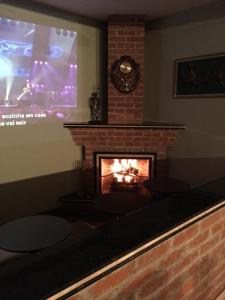 Uma TV ou centro de entretenimento em Hotel Conde Alemao