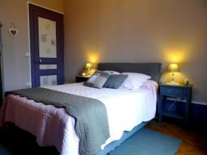 A bed or beds in a room at L'Ajoussienne