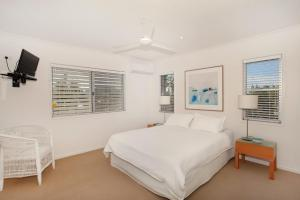 A bed or beds in a room at Unit 4, Marcoola Sands, 47 Petrie Avenue Marcoola, 300 BOND, LINEN SUPPLIED