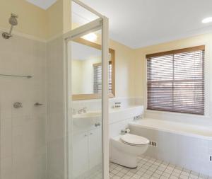A bathroom at Oaks Cypress Lakes Resort