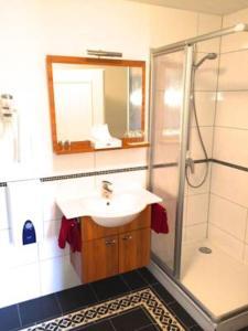 Ein Badezimmer in der Unterkunft Gästehaus Demmel & Cie