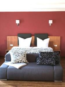 Ein Bett oder Betten in einem Zimmer der Unterkunft Gästehaus Demmel & Cie