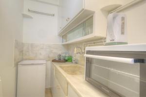 Een keuken of kitchenette bij Syntagma cozy apartment