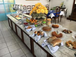 Breakfast options available to guests at Hotel Itarare