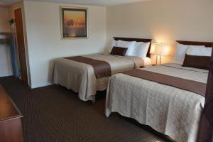 A bed or beds in a room at Liberty Inn Old Saybrook
