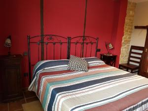 A bed or beds in a room at Hotel Rural El Horno de Aliaga
