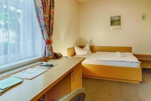Ein Bett oder Betten in einem Zimmer der Unterkunft Hotel am Galgenberg