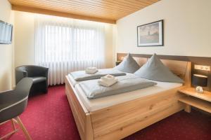 Ein Bett oder Betten in einem Zimmer der Unterkunft Leitner's Hotel Garni