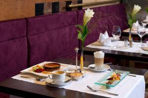 A restaurant or other place to eat at Leonardo Hotel Köln Bonn Airport