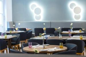 A restaurant or other place to eat at Flemings Express Hotel Frankfurt