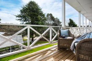 A balcony or terrace at Lake Daylesford Apartment 2