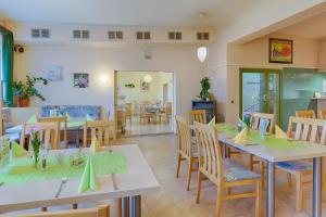 Ein Restaurant oder anderes Speiselokal in der Unterkunft Hotel am Galgenberg
