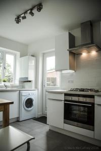 A kitchen or kitchenette at Garden Apartment w/ easy access to central London