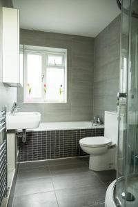 A bathroom at Garden Apartment w/ easy access to central London