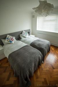 A bed or beds in a room at Garden Apartment w/ easy access to central London