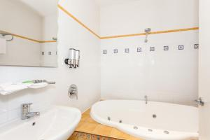 A bathroom at Anglesea River Apartments - Spa Apartment 40
