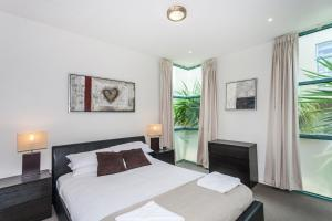 A bed or beds in a room at Anglesea River Apartments - Spa Apartment 40