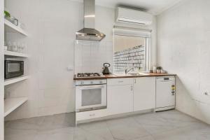 A kitchen or kitchenette at Sorrento Beach Abode