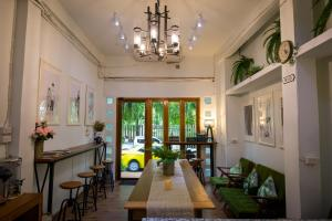 A restaurant or other place to eat at Victory Park Hostel