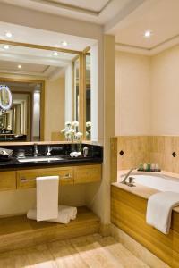 Salle de bains dans l'établissement Hôtel & Ryads Barrière Le Naoura