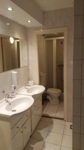 A bathroom at OKSZI Vendégház