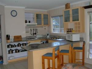 A kitchen or kitchenette at Beachs 'n Greens