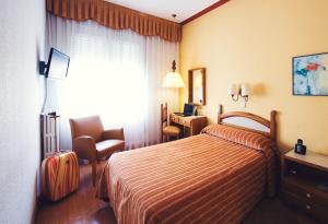Кровать или кровати в номере Hotel Miramar Badalona