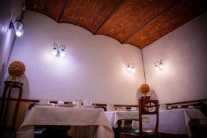 Um restaurante ou outro lugar para comer em Hotel Della Robbia
