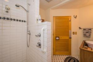 A bathroom at Ann Arbor Bed and Breakfast