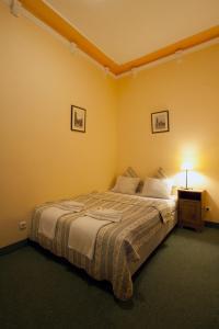 Кровать или кровати в номере Hotel Columbo