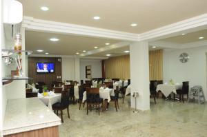 Um restaurante ou outro lugar para comer em Mavil Plaza Hotel