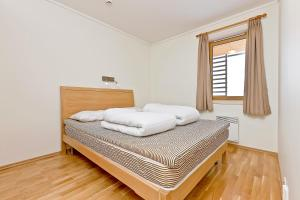 A bed or beds in a room at Pellestova Apartments