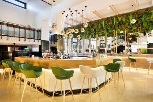 El salón o zona de bar de Melia Barajas